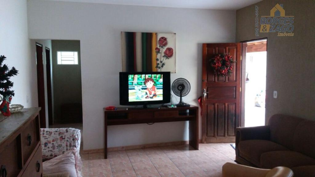 casa em recuo. de dois quartos, sala ampla, cozinha, área de serviço coberta, varanda na frente,...