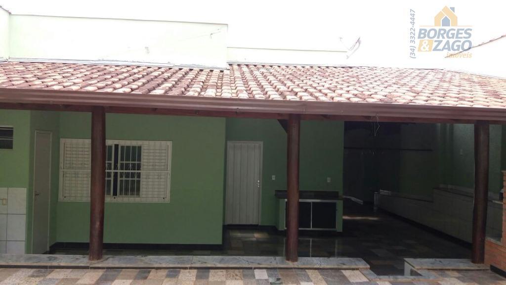 ótima casa de três quartos, sendo uma suíte, w.c.social, sala, copa, cozinha planejada, ótima varanda com...