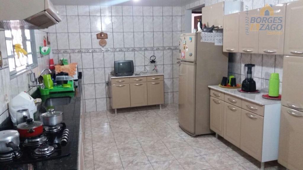 04 quartos, sala, cozinha, banheiro social , varanda com churrasqueira e banheiro, portão eletrônico e sistema...