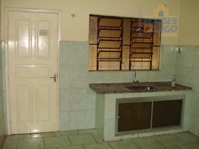 02 quartos, banheiro social, sala, cozinha, lavanderia, e 01 vaga de garagem coberta.