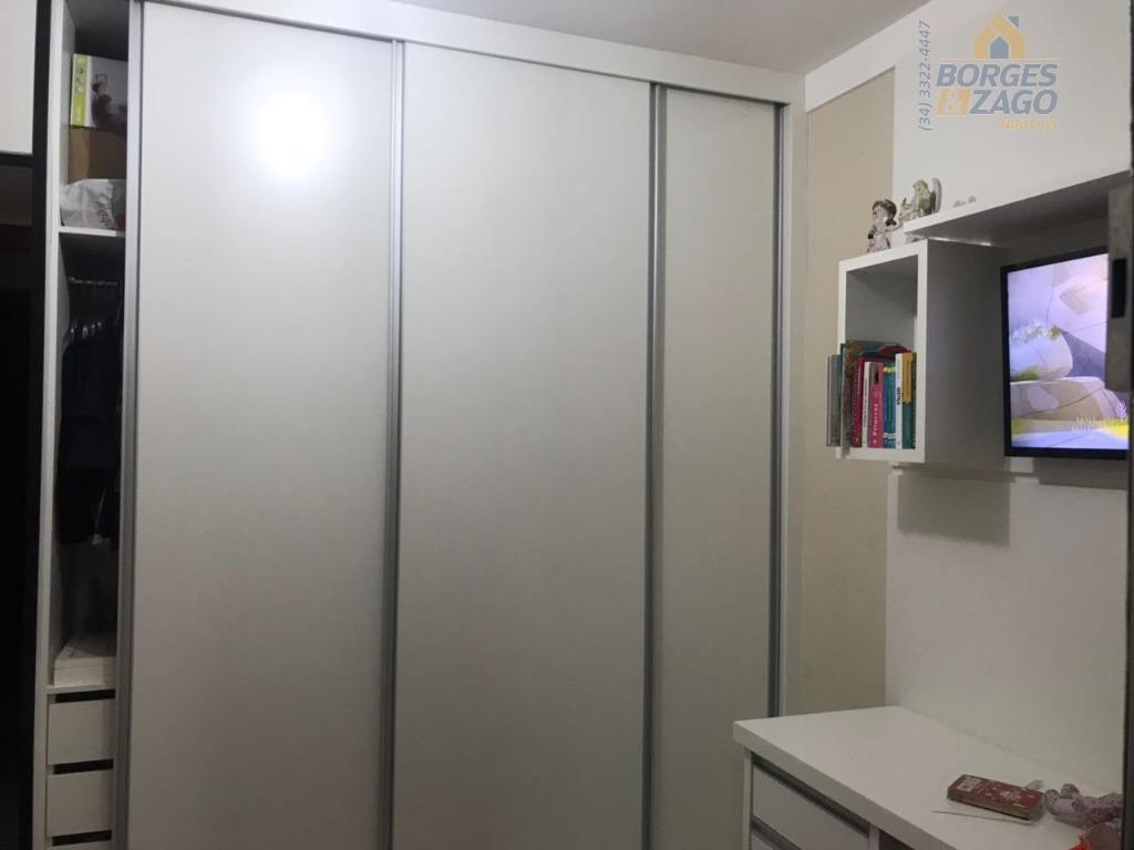 03 quartos sendo 01 suíte, todos com armários, sala, cozinha planejada, wc social, varanda com churrasqueira...