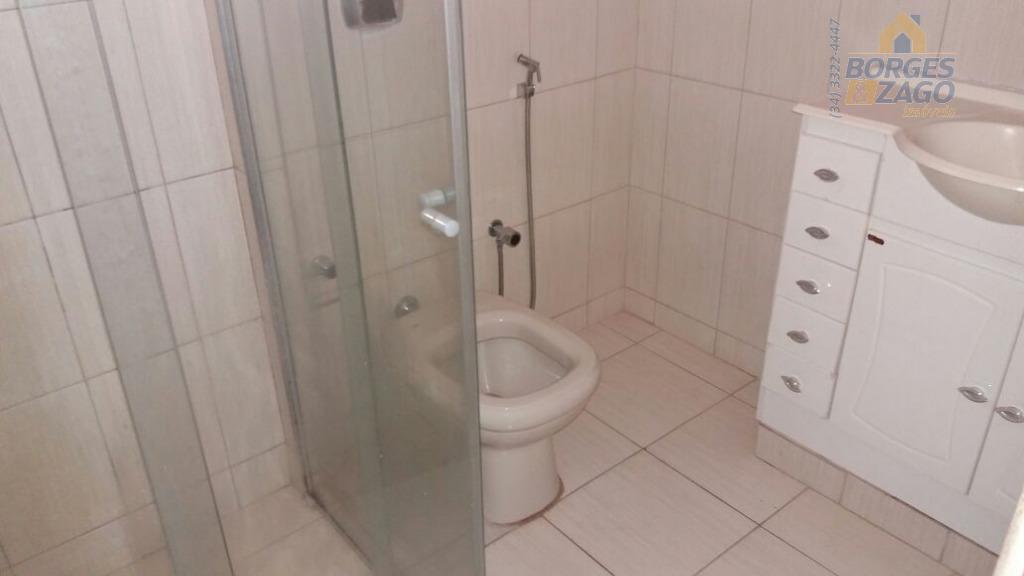 02 quartos,sala,cozinha,wc social,área de serviço com banheiro.(64606)