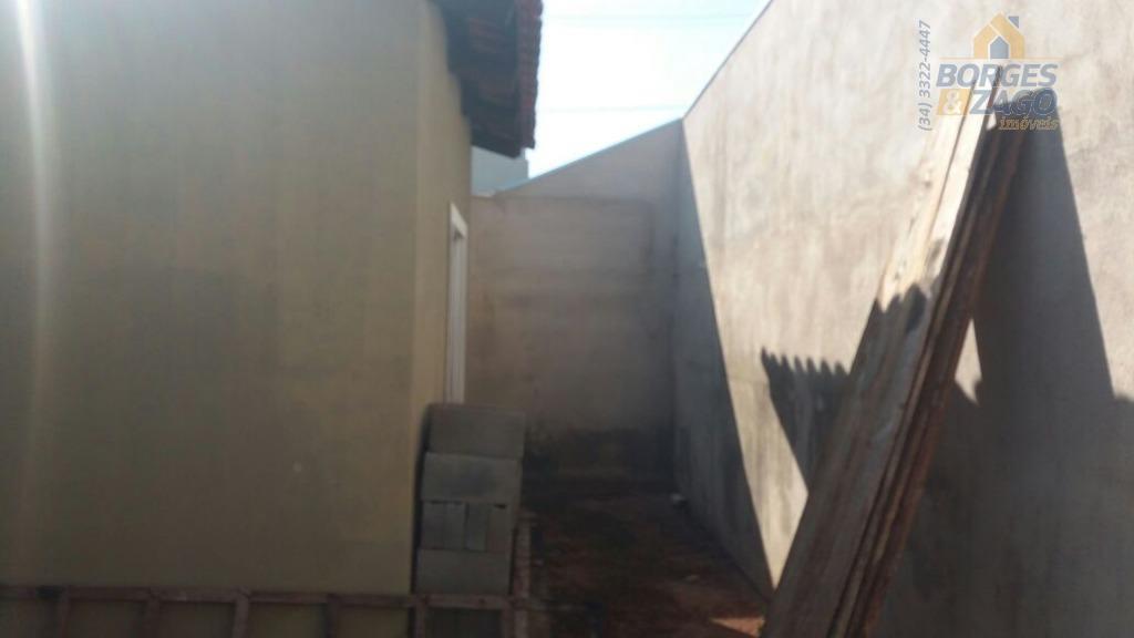 02 quartos,sala ampla dois ambientes,wc social,cozinha com armário e amplo quintal na frente e fundo com...