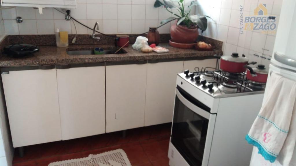 03 quartos,sala ,banheiro social ,cozinha,área de serviço, 01 vaga de garagem coberta em frente a escola...