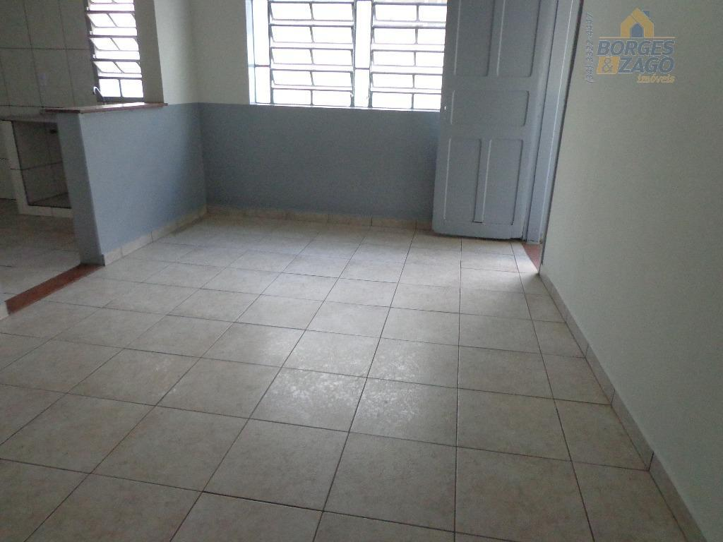 apartamento central - 04 quartos, sala, banheiro social com armário, cozinha, área de serviço.(67593)