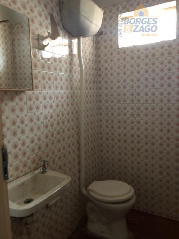 comodo comercial com aproximadamente 90m², com cozinha, despejo e 02 banheiros.(67965)