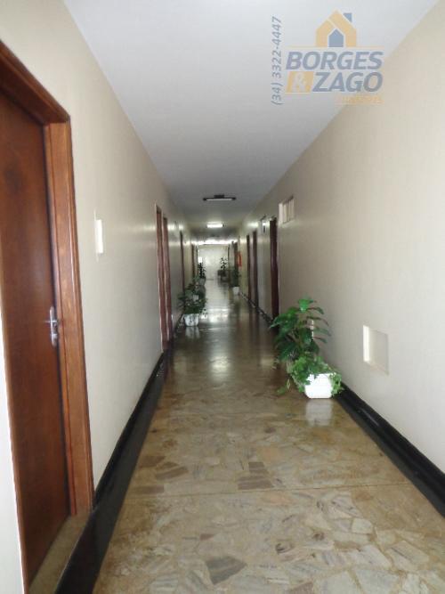 sala comercial em excelente localização com portaria e 01 vaga de garagem coberta. próximo ao hospital...