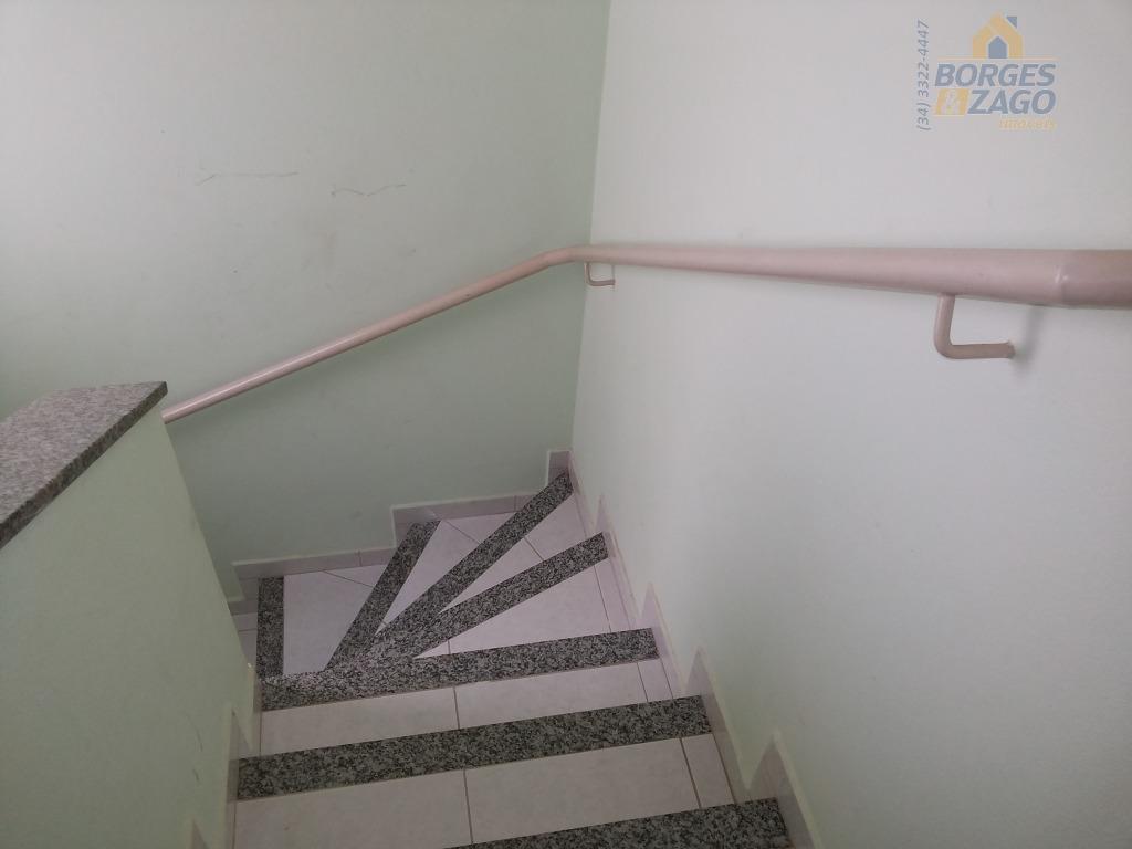 apartamento semi mobiliado. 02 quartos sendo 01 com armário e outro com closed, banheiro social com...