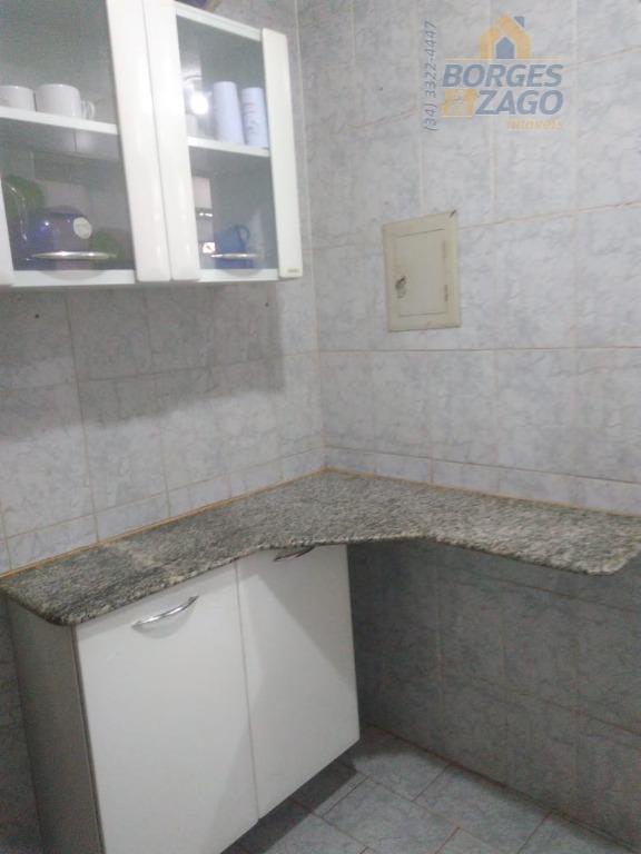 02 dormitórios com armários sendo 01 suite,sala em dois ambientes,cozinha ampla,área de serviço e 01 vaga...