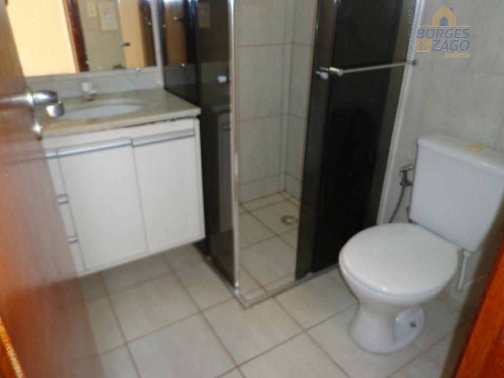 02 quartos com armários, banheiro social, sala, sacada com pia e armário, cozinha planejada, lavanderia e...