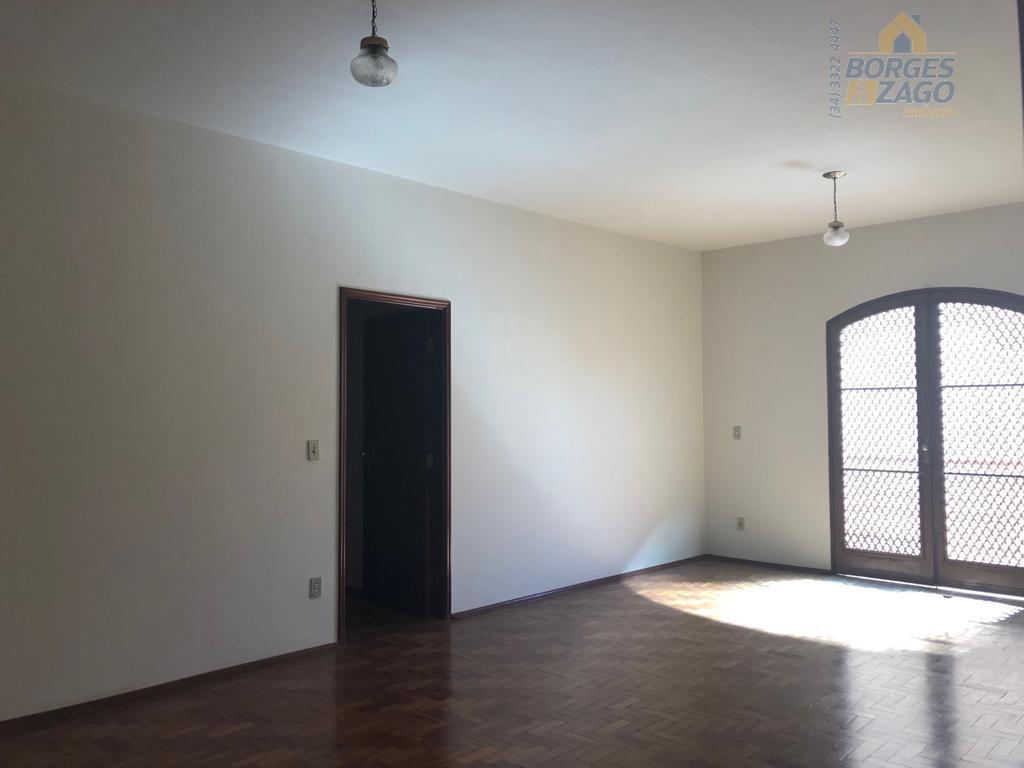 3 quartos com armários sendo 1 suíte c/ ar condicionado, sala 02 ambientes com sacada, lavabo,...