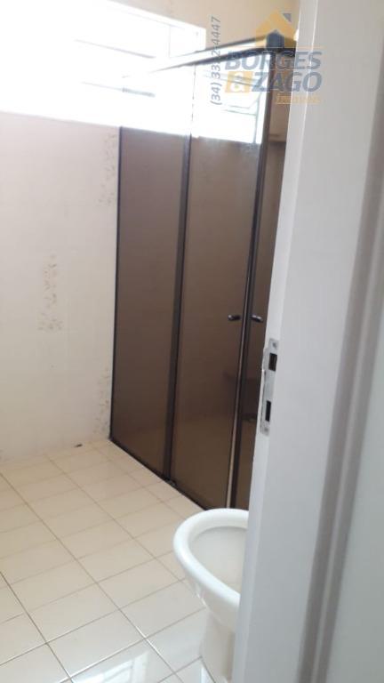 03 quartos sendo 01 com armários, 02 salas, cozinha com armário em baixo da pia, banheiro...
