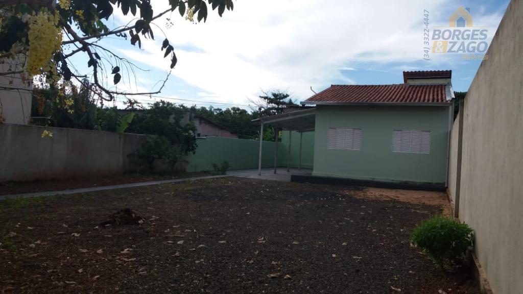 03 quartos, banheiro social, sala, cozinha americana, lavanderia, quintal e 02 vagas de garagem cobertas e...