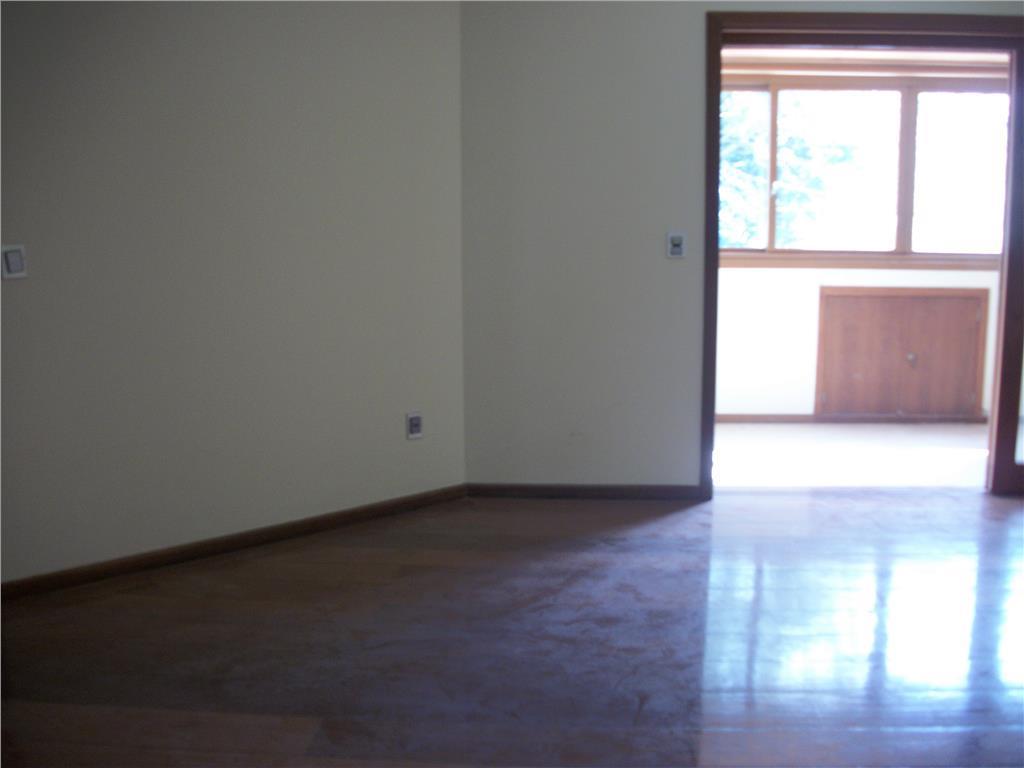 aluga belo apartamento três dormitórios sendo um suíte com closet localizado em zona nobre da cidade....