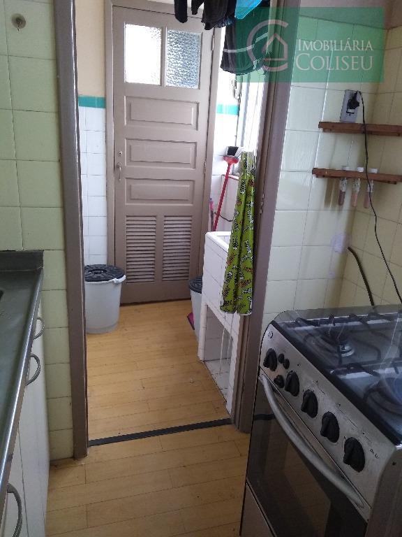 vende apartamento com ótima localização de frente com sacada, três dormitórios transformado em dois, amplo living...