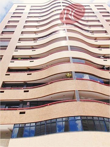 Apartamento em andar alto com móveis projetados no bairro Guararapes.