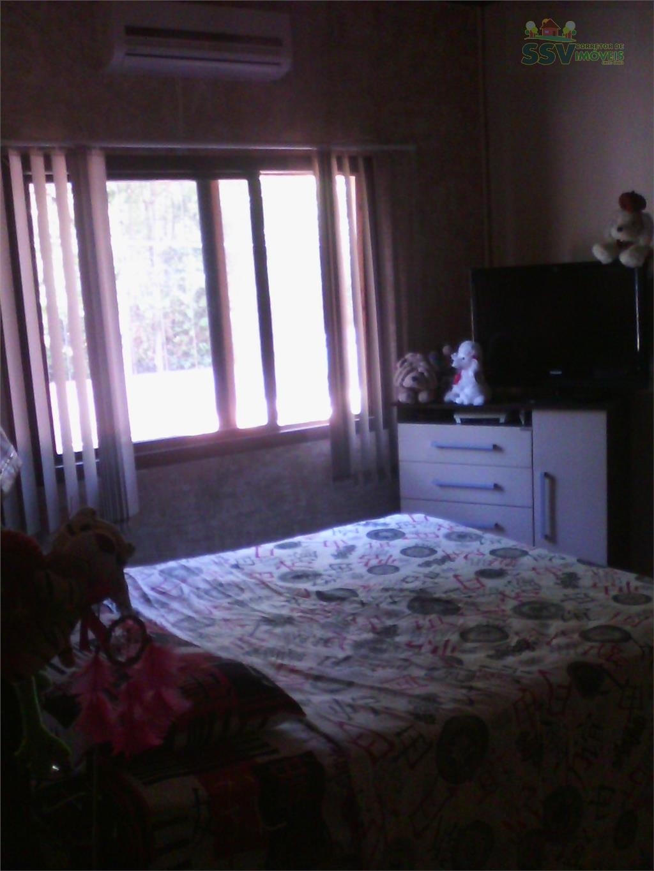 ótimo sítio com uma bela casa dentro de um condomínio com portaria 24 horas.casa de alvenaria...
