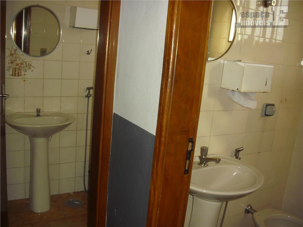 excelente casa em ótima localização, propícia para comércio. possui 05 salas, 03 banheiros e 08 vagas...