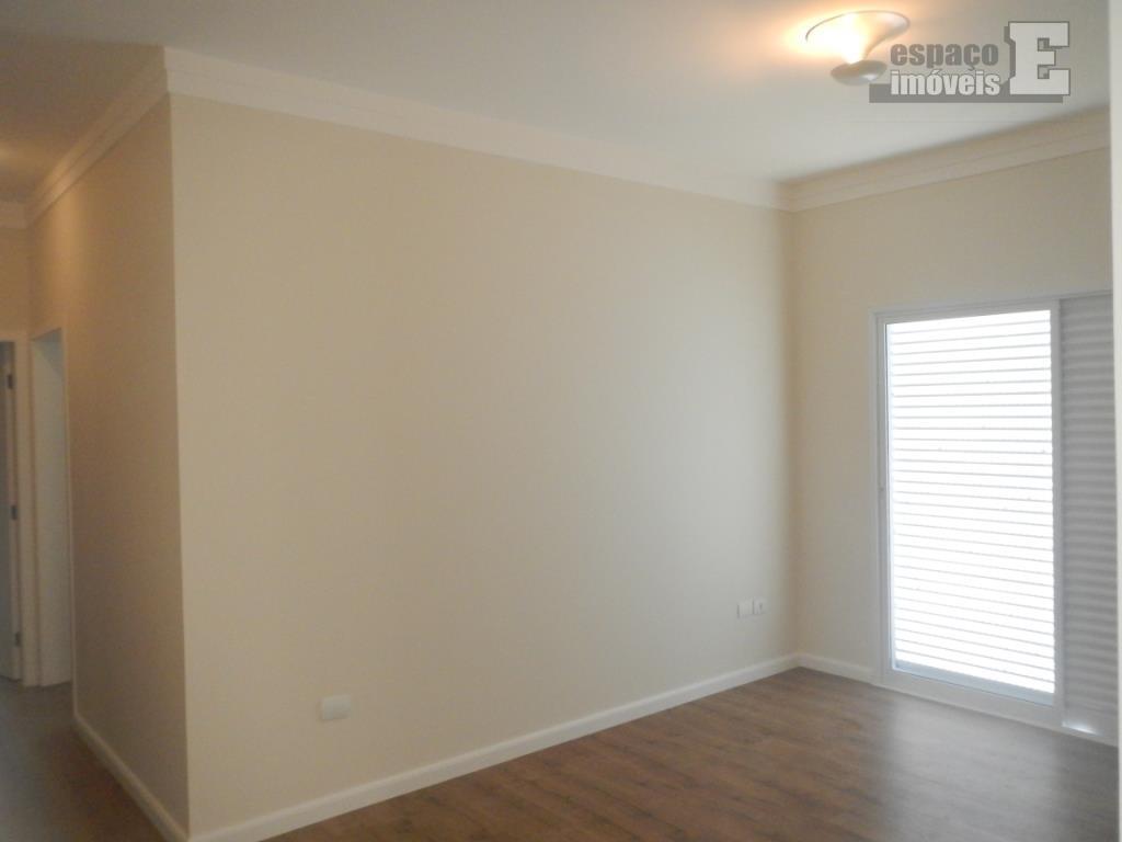 linda casa térrea, ampla e com ambientes iluminados voltada para a área de preservação do condomínio....