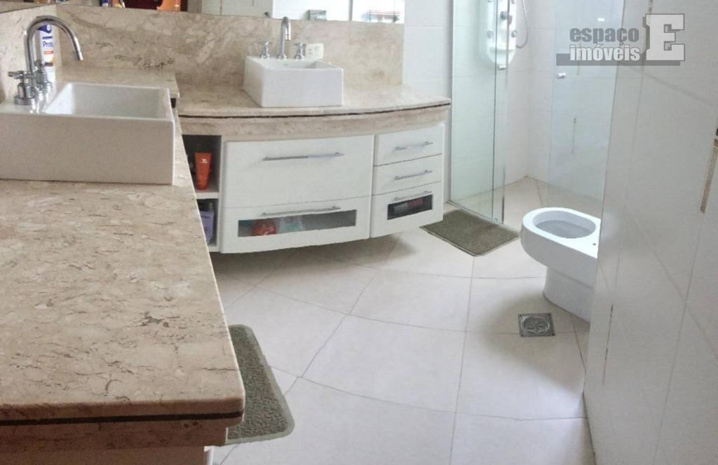excelente casa com aproximadamente 250 m² de construção, ótimo padrão de acabamento, móveis planejados, piso em...