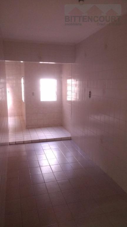 Casa parte superior com 02 dormitorios. sala. cozinha. wc social com gabinete e box acrilico. cozinha. area de servico. terraco. garagem.Boa Localizacao.